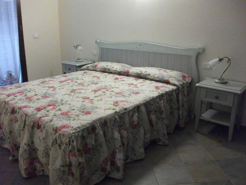 Ampio trilocale composto da cucina soggiorno con divano for Piani camera da letto del primo piano