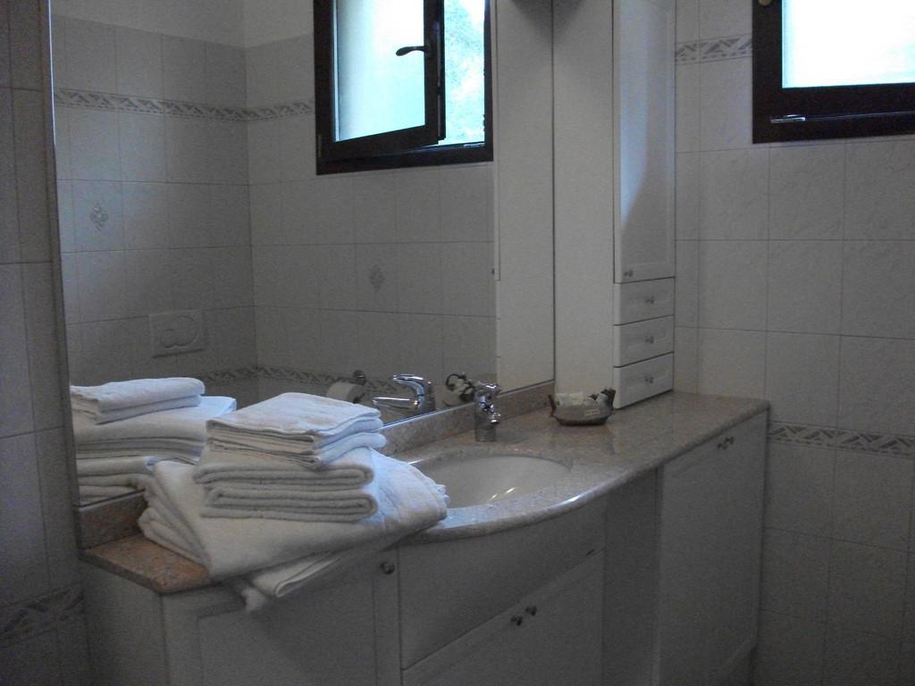 Ampio trilocale composto da cucina soggiorno con divano - Camera da letto con divano ...